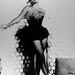 Ahogy Elizabeth Taylor sem, már a kezdetektől. A kép készítési dátuma sajnos ismeretlen, de a képügynökségek szerint az ötvenes években készült. Ez is csak egy portréfotózás, akkoriban ilyen ruhában csinálták.
