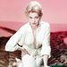 Kim Novak 1955-ben pózolt ebben a szó szerint köldökig kivágott ruhában.