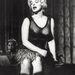 1954, Van, aki forrón szereti. Éneklés közben mutogatja átlátszóba csomagolt dekoltázsát és hosszú lábait.