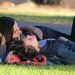 Clea DuVall színésznő (hanyatt), és meg nem nevezett barátnője még januárban örültek a jó időnek egy parkban.