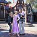 Sarah Michelle Gellar és Freddie Prinze Junior, illetve közös gyerekük és Rapunzel.