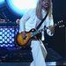 Dave Grohl gitározik-énekel a Foo Fightersben (bár nem ilyen hajjal).