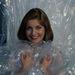 és egy teljes mértékben megmagyarázhatatlan fotó szintén Sheryl Leeről, ahogy az előző képet idézve egy műanyagzsákban vigyorog