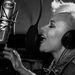 Emeli Sandé brit énekesnő a Next to me-t énekli, fejhallgatója erősen lenyomja a haját