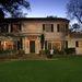 A ház nyugodt környéken van, Los Angelestől északra. Jó nagy kert tartozik hozzá.