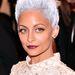 Még egy celeblánya: Nicole Richie műőősz hajjal jelent meg.