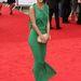 Jade Farmiloe brit celeb zöld ruhában, szélben