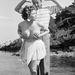 Simone Silva brit színésznő a melleit markolássza, mögötte az amerikai Robert Mitchum vigyorog 1954-ben. A képnek nagy hatása lett: a rendezők megkérték Silvát, hogy hagyja el a fesztivált, mert a fotósok szó szerint összetörték magukat egy képért. Egy a karját, egy a lábát.