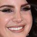 Amikor mosolyog, kicsit emlékeztet Selena Gomezre. Talán ezért mosolyog ritkán.