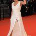 Rosario Dawson (színésznő) nagyterpeszben áll felsliccelt ruhában. Tökéletes kivitelezés: semmi sem látszik.