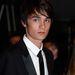 És most sport: tudják, ki ő? Nem, mi? Hát Alain Delon fia, Alain Fabien Delon. A fiatalember 1994-ben született, tehát 19 éves. Színész, ő is Cannes-ban van épp.