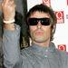 2005 - Liam Gallagher annyira kemény, hogy még a magasba is emeli a kezét