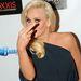 2012 - Jenny McCarthy Nicole Richie-hez hasonlóan magát takargatta ujjával
