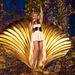 Ez pedig már egy 2011-es berlini koncertről készült fotó, az Aphrodite Les Folies turnéból. Az énekesnőt szerencsére már 2006-ban gyógyultnak nyilvánították. Ezek után nem csak szex-, hanem a rákellenes küzdelem szimbóluma is volt.