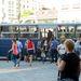 Akkora a tömeg a buszon, hogy nemcsak a hajléktalan példányok ülnek le, hanem a többi is.