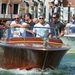 George Clooney és Sandra Bullock, illetve a színésznő kisfia, Louis együtt mentek a Velencei Filmfesztiválra