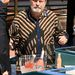Terry Gilliam neglizsében érkezik, a látszattal ellentétben nem a kistérségi Váncsa István-hasonmásversenyre