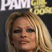 Nehéz eldönteni, hogy Pamela Anderson hogy néz ki keservesebben - smink nélkül, vagy ezzel a sminkkel