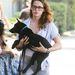 De végül az örök búskomor Kristen Stewart csíphette meg Robert Pattinsont. (Felhívjuk a figyelmet a fekete kutya és fehér bőr csodás ellenpólusaira.)