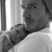 David Beckham és lánya, Harper Seven 2011 augusztusában. A képet  a neje, a Spice Girlből divattervezővé lett Victoria Beckham tette közzé a Twitteren.
