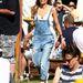Idény nyáron a Glastonbury fesztiválon, hajgumi pipa, kantáros nadrág pipa