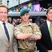 Két hős, középen egy katona.