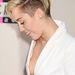 Miley Cyrus hófehér fogsora alig tereli el a figyelmet