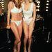 A jobb oldalon Karen Mulder is röhög, de Heidi Klum nevetése még szebb