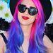 Alexandra Starlight énekes-dalszerző pinkkel és kékkel kísérletezett