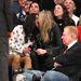 Cara Delevingne és Michelle Rodriguez egy kosármeccsen, egymás szájában