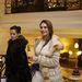 Horváth Éva fonott hajjal, csipkés fehér ruhában érkezik