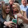 Scarlett Johansson az Amerika kapitány: A tél katonája premierjén szelfizett egy rajongójával, hülye fejet vágva