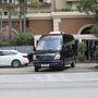 Jagger és családja elhagyja a szállodát a temetés előtt