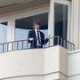 Mick Jagger az erkélyén a temetés előtt.