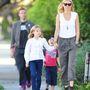 2012 október - Nem, a háttérben kullogó férfi nem egy testőr, hanem a fotón látható színésznő férje, és a gyerekek apja