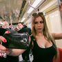Kapaszkodni, melleket fotózni, egyszerűen mindenre kell figyelni a metrón.