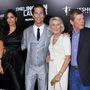 Az igazság ára premierje 2011-ben. Matthew McConaughey oldalán fehérben az édesanyja, Kay áll.