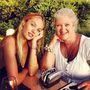 Candice Swanepoel (ejtsd: Kandisz Svanapúl) a Twitterére töltötte fel az édesanyjával készült fotót.