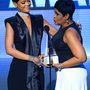 American Music Awards, 2013 novembere: Rihanna prezentálja édesanyját, Monica Braithwaite-et. Aztán maga az anya adja át a díjat.