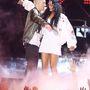 Eminem megöleli Rihannát.