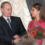 Vlagyimir Putyin 2013 júniusában, feleségével közösen jelentett be, hogy elválnak, és a hírek szerint válásukban nagy szerep jut egy egykori tornásznőnek, Alina Kabajevának, aki 31 évvel fiatalabb Oroszország elnökénél. Kabajeváról jó ideje az a hír járja, hogy már régóta Putyin szeretője, egyesek úgy tudják, a viszonyuk 2000-ben kezdődött, amikor Kabajeva mindössze 17 éves volt. És az sem kizárt, hogy az elnök már nőül is vette. Sőt. Egyes meg nem erősített feltételezések szerint Kabajeva gyereket is szült Putyinnak még 2009-ben.