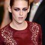 Kristen Stweart szép színű és ötletes ruhát vett fel