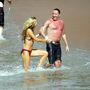 A strandon mindig lehull az álca, kiderül, ki mennyire készült rá a bikiniszezonra. Denise Richards és Richie Sambora ugyan nagyon élvezte a hawaii nyaralást, de elég durva, hogy egyikük citromsárgára, a másikuk sötétvörösre égett. (2007)