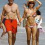 Lisa Rinna és Harry Hamlin 2009-es bolyongása a tengerparton. Túlformázott hasak.