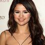 Selena Gomezen 2010-ben nézték el, mennyi púder kéne a szeme alá.