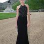 Cara Delevingne modell szigorú tekintettel tűrte a fotózást a kavicsokon.