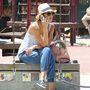 Jessica Alba kalapban telefonál, mintha nem ő lenne a világ egyik legjobb nője főállásban.