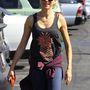 Naomi Watts a sportos nő figuráját választotta, a biztonság kedvéért még egy pulcsit is kötött a derekára.