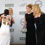 Melanie Griffith és Rosanna Arquette nézik őket
