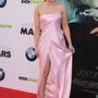 Kristen Bell épp a Veronica Mars film premierjére érkezett, ám arckifejezése alapján az sem lehetetlen, hogy nem csak beakadt, de hátul végig is szakadt rózsaszín rucija.